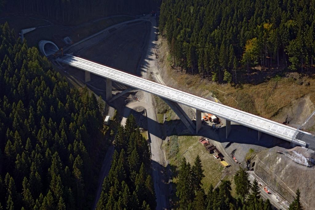 Die Grubentalbrücke (Links: Das Norpdortal Tunnel Goldberg)